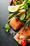 Partie délicieuse de filet saumoné frais avec les herbes aromatiques, Images libres de droits