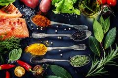 Partie délicieuse de filet saumoné frais avec les herbes aromatiques, Photographie stock