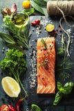 Partie délicieuse de filet saumoné frais avec les herbes aromatiques, Image stock