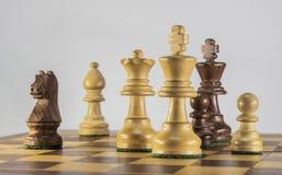 Partie d'échecs sur le fond blanc Images stock