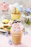 Partie d'enfants : cornet de crème glacée rose Photographie stock