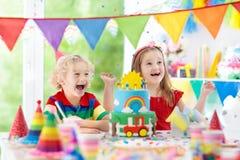Partie d'enfants Gâteau d'anniversaire avec des bougies pour l'enfant Photographie stock