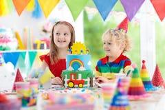 Partie d'enfants Gâteau d'anniversaire avec des bougies pour l'enfant Image stock