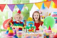 Partie d'enfants Gâteau d'anniversaire avec des bougies pour l'enfant Photo libre de droits