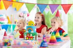 Partie d'enfants Gâteau d'anniversaire avec des bougies pour l'enfant Image libre de droits