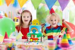 Partie d'enfants Gâteau d'anniversaire avec des bougies pour l'enfant Images stock