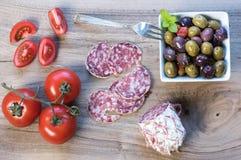 Partie d'olives et tranches de saucisse image stock