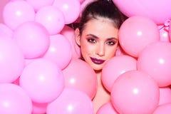 Partie de ballon sur le fond rose de studio ballon et femme de sourire Photos stock
