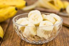 Partie de bananes coupées en tranches sur le fond en bois, foyer sélectif Photographie stock