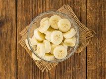Partie de bananes coupées en tranches sur le fond en bois, foyer sélectif Photos stock