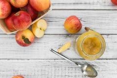 Partie de compote de pommes faite fraîche foyer sélectif Images stock