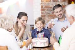Partie de famille avec des parents et des grands-parents Photographie stock