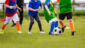 Partie de football du football de jeu d'enfants Photo stock