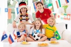 Partie de football de montre de fans Le football de observation de famille Photo stock