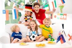 Partie de football de montre de fans Le football de observation de famille Photos libres de droits