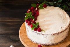 Partie de gâteau crémeux posé de fruit avec dans la fin vers le haut de la vue Gâteau de framboise avec du chocolat Gâteau de cho photo stock