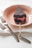 Partie de gâteau de chocolat avec de la crème rose de yaourt Images libres de droits