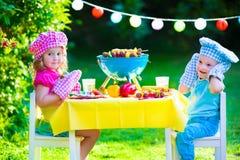 Partie de gril de jardin pour des enfants Image stock