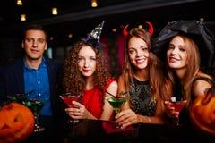 Partie de Halloween à la barre Photos libres de droits