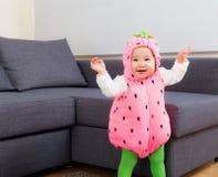 Partie de Halloween habillant la danse de bébé images libres de droits