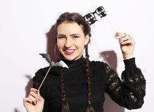 Partie de Halloween : jeune femme espiègle prête pour la partie Photographie stock