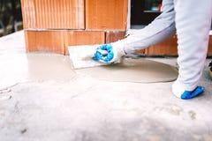 Partie de imperméabilisation de travailleur industriel de maison exposée à la pluie photo libre de droits