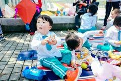 Partie de jour du ` s d'enfants pique-nique de jardin Photos libres de droits