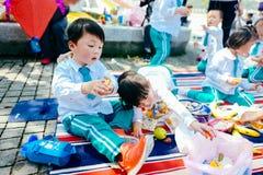 Partie de jour du ` s d'enfants pique-nique de jardin Photographie stock libre de droits