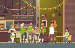 Partie de jour de St Patricks dans le groupe de personnes de concept de bar irlandais utilisant les chapeaux verts et buvant de l Images stock