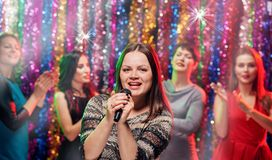 Partie de karaoke de Girlsfriends Photo stock
