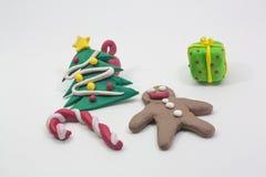 Partie de Noël d'argile de moule d'enfant sur le fond blanc Image stock