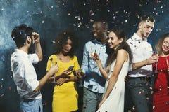 Partie de nouvelle année de bureau Les jeunes ayant l'amusement Image libre de droits