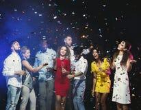 Partie de nouvelle année de bureau Les jeunes ayant l'amusement Photographie stock libre de droits