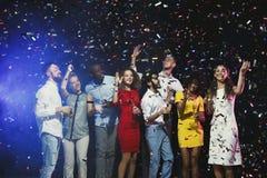Partie de nouvelle année de bureau Les jeunes ayant l'amusement Photographie stock