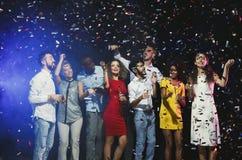 Partie de nouvelle année de bureau Les jeunes ayant l'amusement Photos stock