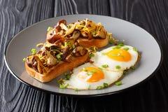Partie de petit déjeuner de pain grillé frit avec les champignons et le fromage de shiitaké servis avec des oeufs et des oignons  photos stock