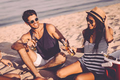 Partie de plage avec des amis Image libre de droits