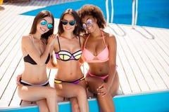 Partie de poule de Swimpool Fermez-vous vers le haut du tir cultivé de trois dames mignonnes, Photo libre de droits