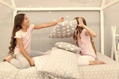 Partie de pyjama de combat d'oreiller Temps de Sleepover pour l'amusement Les meilleures id?es de partie de sleepover de filles F image libre de droits