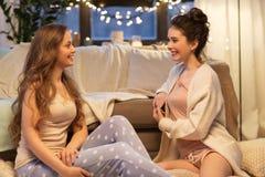 Partie de pyjama femelle heureuse d'amis à la maison Image stock