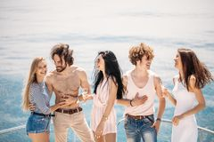 Partie de yacht avec les jeunes ayant une partie de bateau, dansant sur un arc de plate-forme de yacht Photographie stock libre de droits