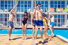 Partie des amis à la piscine smimming Photo libre de droits