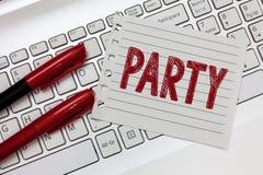 Partie des textes d'écriture de Word Le concept d'affaires pour les invités invités par rassemblement social impliquent de manger photos libres de droits