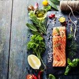 Partie délicieuse de filet saumoné frais avec les herbes aromatiques, Images stock