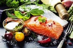 Partie délicieuse de filet saumoné frais avec les herbes aromatiques, Photos stock