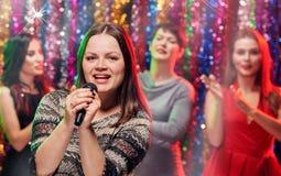 Partie drôle de karaoke de filles Photographie stock libre de droits