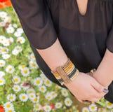 Partie du corps de femme avec les mains et le bracelet croisés Images libres de droits