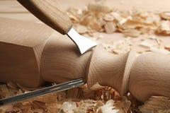 Partie en bois de cisèlement dans l'atelier du ` s de charpentier photo libre de droits