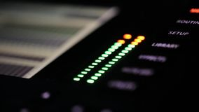 Partie en gros plan de panneau de mélangeur de radio du DJ avec clignoter de petites lampes vertes et rouges banque de vidéos