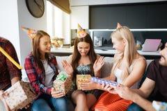 Partie en l'honneur de l'anniversaire Les invités donnent leurs cadeaux à la fille d'anniversaire La fille est très heureuse de r images stock